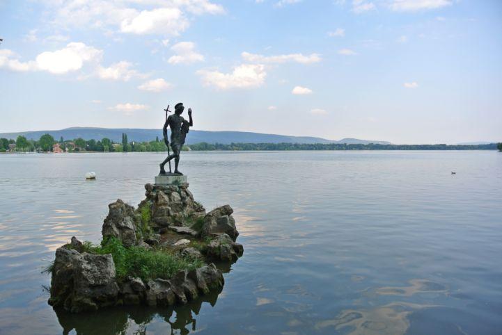 Keresztelő Szent János-szobor az Öreg-tóban (Nagy Kovács Mária alkotása, 1943)