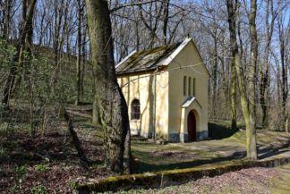 Római katolikus templom a temetőben