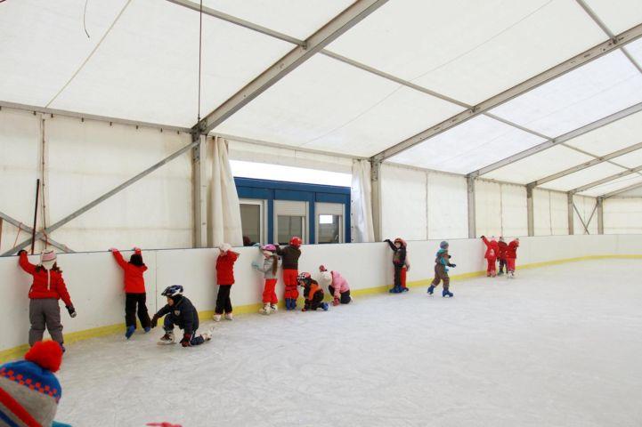 korcsolyázni tanuló gyerekek a Szigetszentmiklósi Kéktó Jégpályán