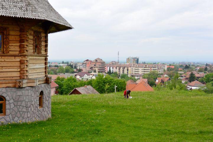 kilátás az ortodox fatemplom felől a városra