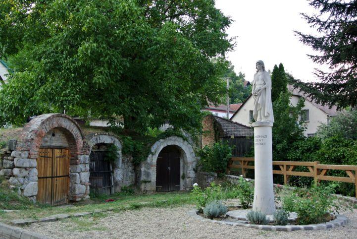 Árpád-házi Szent Erzsébet-szobor