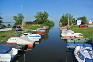 csónakok a kikötőben