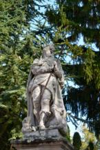 Nepomuki Szent János-szobor a balatonberényi  Keresztelő Szent János-templom kertjében