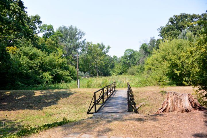 a híd túloldalán a valamikori földvár maradványai