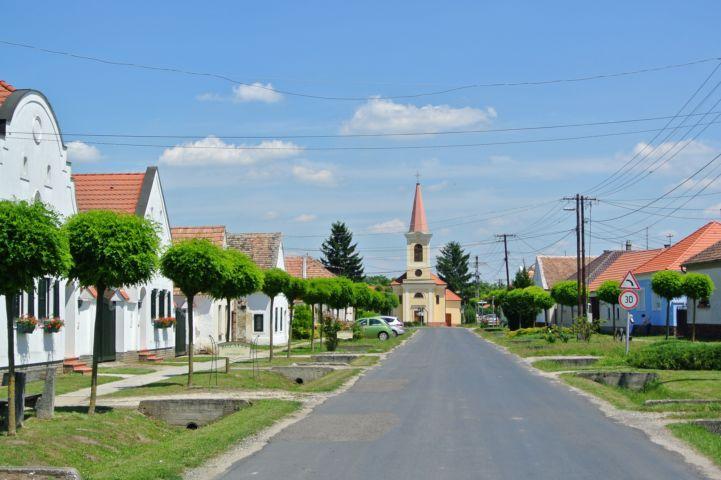 utcakép, háttérben a Szent István vértanú-templommal