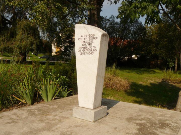 kitelepített németek emlékműve