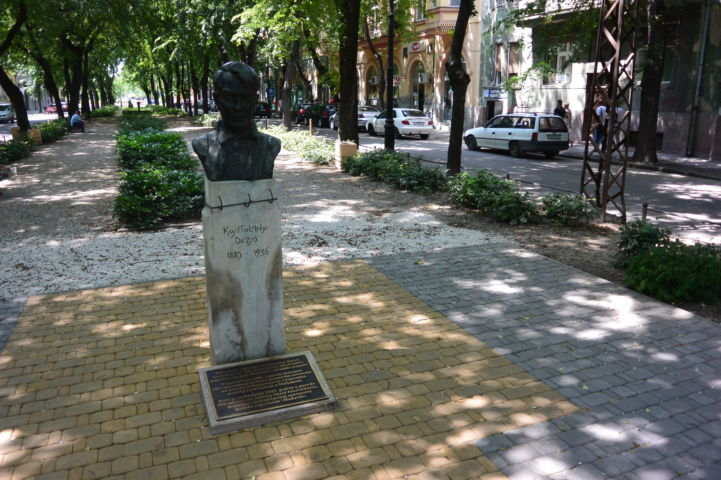 Kosztolányi Dezső szobor