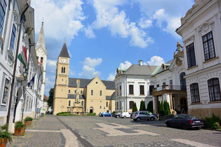 az Érseki palota előtti tér a Szentháromság szoborral