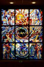 A föld ünnepe című díszablak a József Attila művelődési házban, Furlán Ferenc 1981-ben készült alkotása