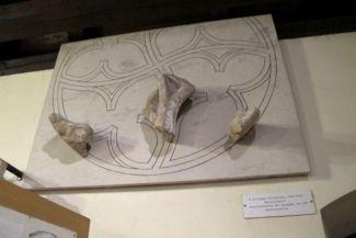 az Ózsinagóga XIV. századi rózsaablakának maradványai és rekonstrukciója