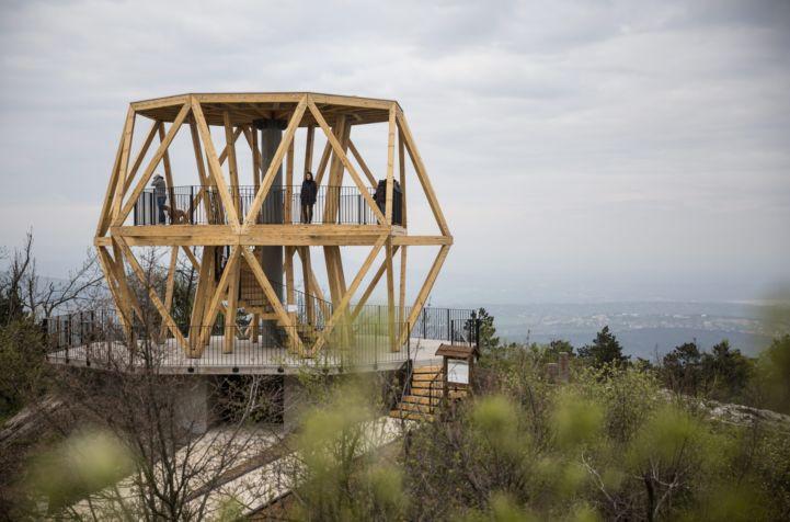 az újonnan átadott kilátó a Hármashatár-hegyen