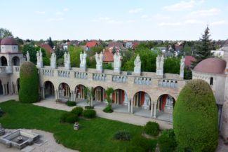 a Bory-vár Százoszlopos udvara, fölötte a magyar történelem nagy alakjainak szobrai