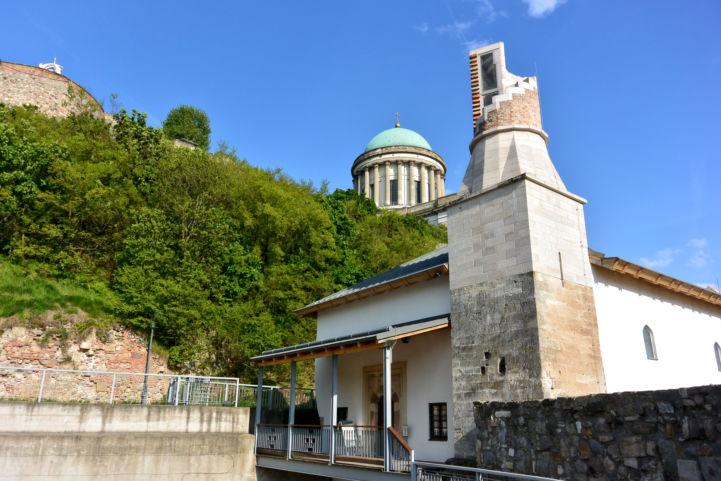 a Dzsámi felújított épülete, háttérben a Bazilika