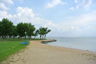 a tó partján járva