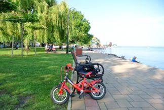 gyerekbicikli a Balaton partján