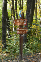 útjelző táblák turistáknak a Keszthelyi-hegységben