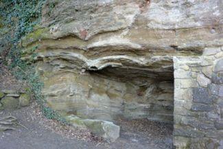 jól látható kőzetrétegek a Barátlakásoknál, az Óvár hegy oldalában