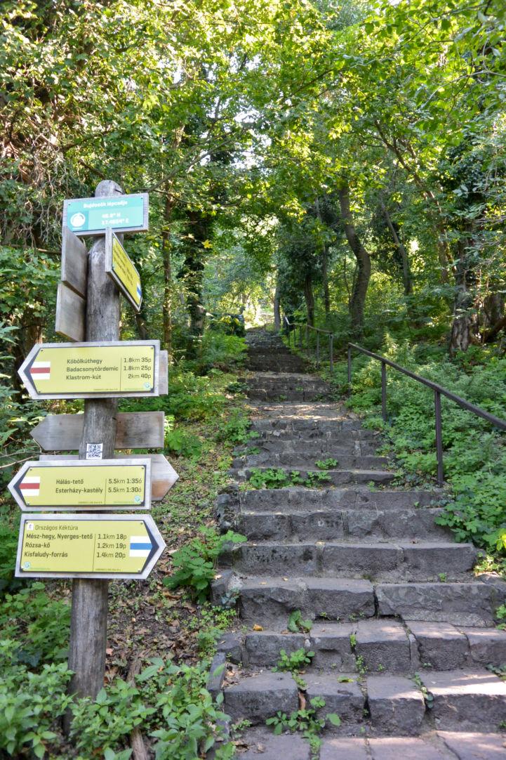 Itt kezdődik a 464 fokból álló Bujdosók lépcsője