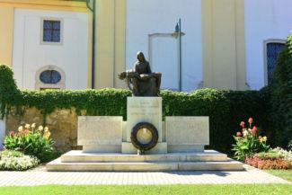 I. és II. világháborús emlékmű a római katolikus templom mellett