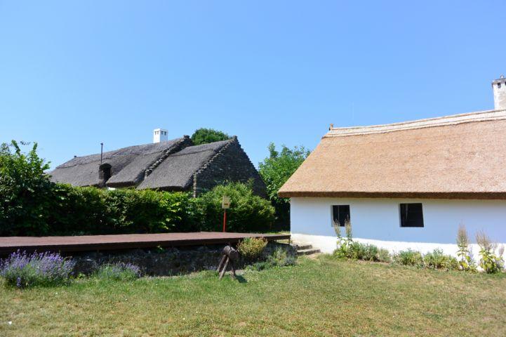 a Parasztgazda-ház 2015-ben kapott új nádfedelet, jól látszik a különbség a régi és az új tető színe között
