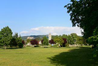 Jubileumi bányászemlékmű, a háttérben a Pilis vonulatai