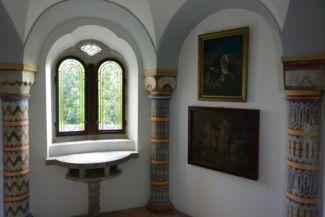 színes, festett oszlopok a Bory-vár belsejében