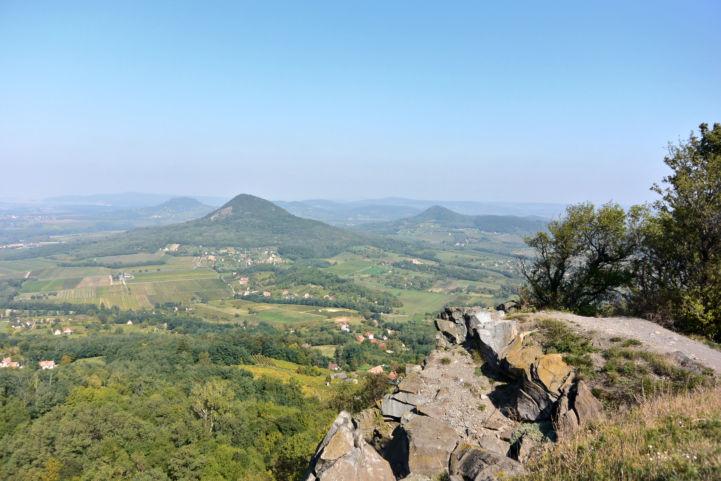 a Gulács, mögötte a Csobánc és a Tóti hegy egy badacsonyi kilátópontról