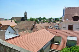 panoráma háttérben a Péter-Pál-templommal