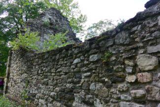 Kövesdi templomrom egyik oldalfala