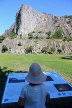 az információs táblák segítségével ismerhetjük meg a Hegyestű Geológiai Bemutatóhelyet