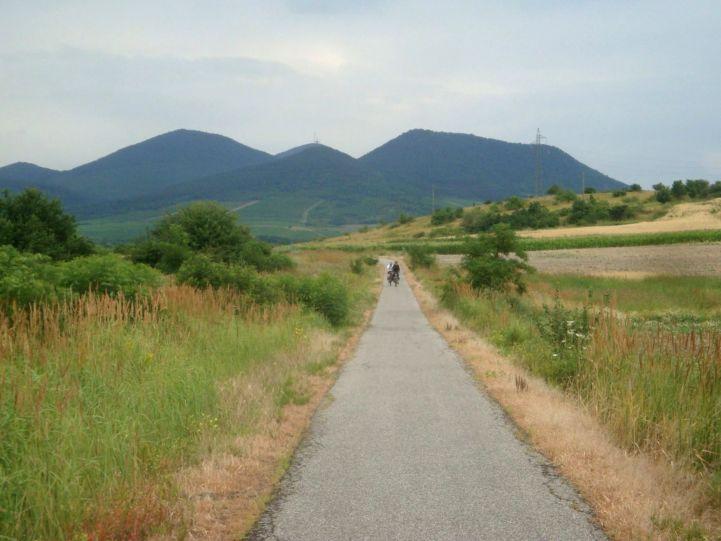 Sátoraljaújhelyról kivezető kerékpárút, háttérben a Sátor-hegy