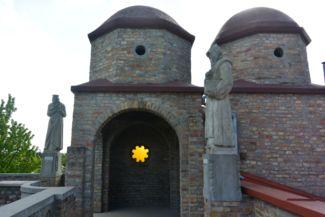 Napot formáló üvegablak a Bory-vár egyik tornyocskájában