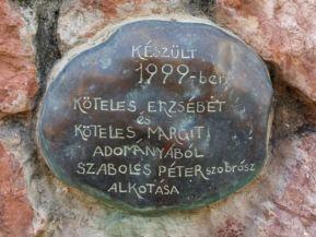 forrás fölötti Szabolcs Péter szobor emléktáblája