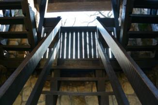 szűk falépcsők vezetnek fel a Kaán Károly-kilátó tetejére