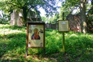 információs táblák a pálos kolostor romjai mellett
