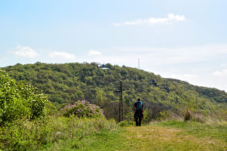 a Hármas-szikla mellől már látszik a Vaskapu-hegyi turistaház