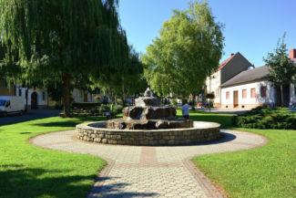 szökőkút egy kis parkban