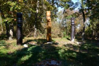 a megye kiváló túrázóinak emlékére állított kopjafák a Padkűi-kilátó mellett