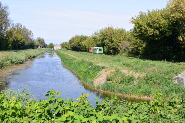 a balatonfenyvesi kisvasút és az egyik balatoni csatorna
