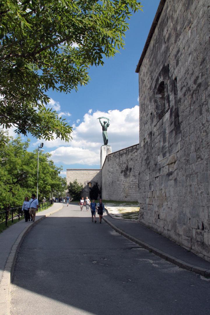 séta a Citadella mellett a Szabadság-szobor felé