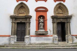 a Szent György-templom bejárata