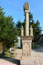 Szentháromság-szobor a balatonberényi Keresztelő Szent János-templom mellett