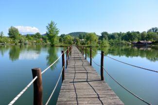 fahídon juthatunk át a Lóga-tó kis szigetére