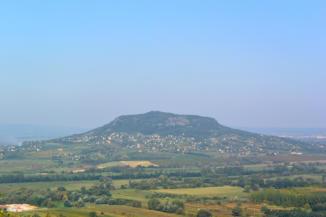 a Szent György-hegy a badacsonyi Kuruc-körút egyik kilátópontjáról