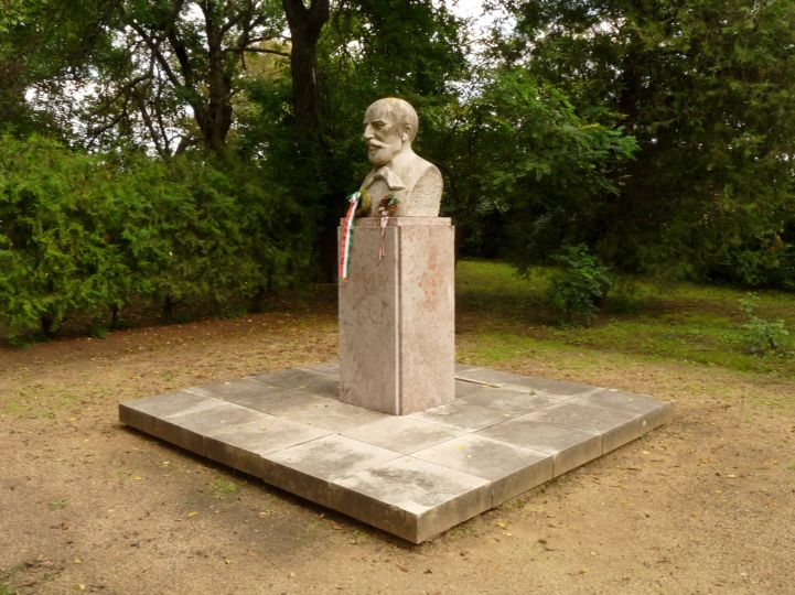 Vörösmarty Mihály-szobor a Vörösmarty Mihály Emlékház, Múzeum udvarán
