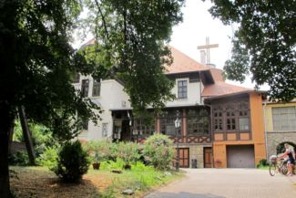 az utcáról nehéz észrevenni a Szent Margit-kápolnát