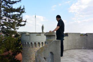 nézelődő turista a Bory-vár egyik tornyában