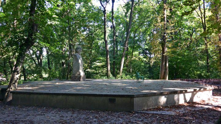 Beethoven-szobor és színpad