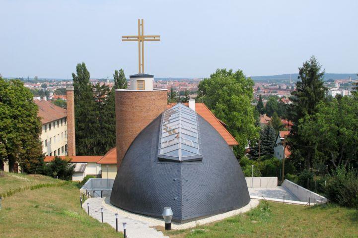 kilátás a Szent Margit-templom fölötti parkolóból