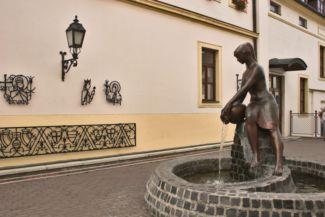 Korsós lány-szobor, amit sokan Zsuzsi-szoborként ismernek